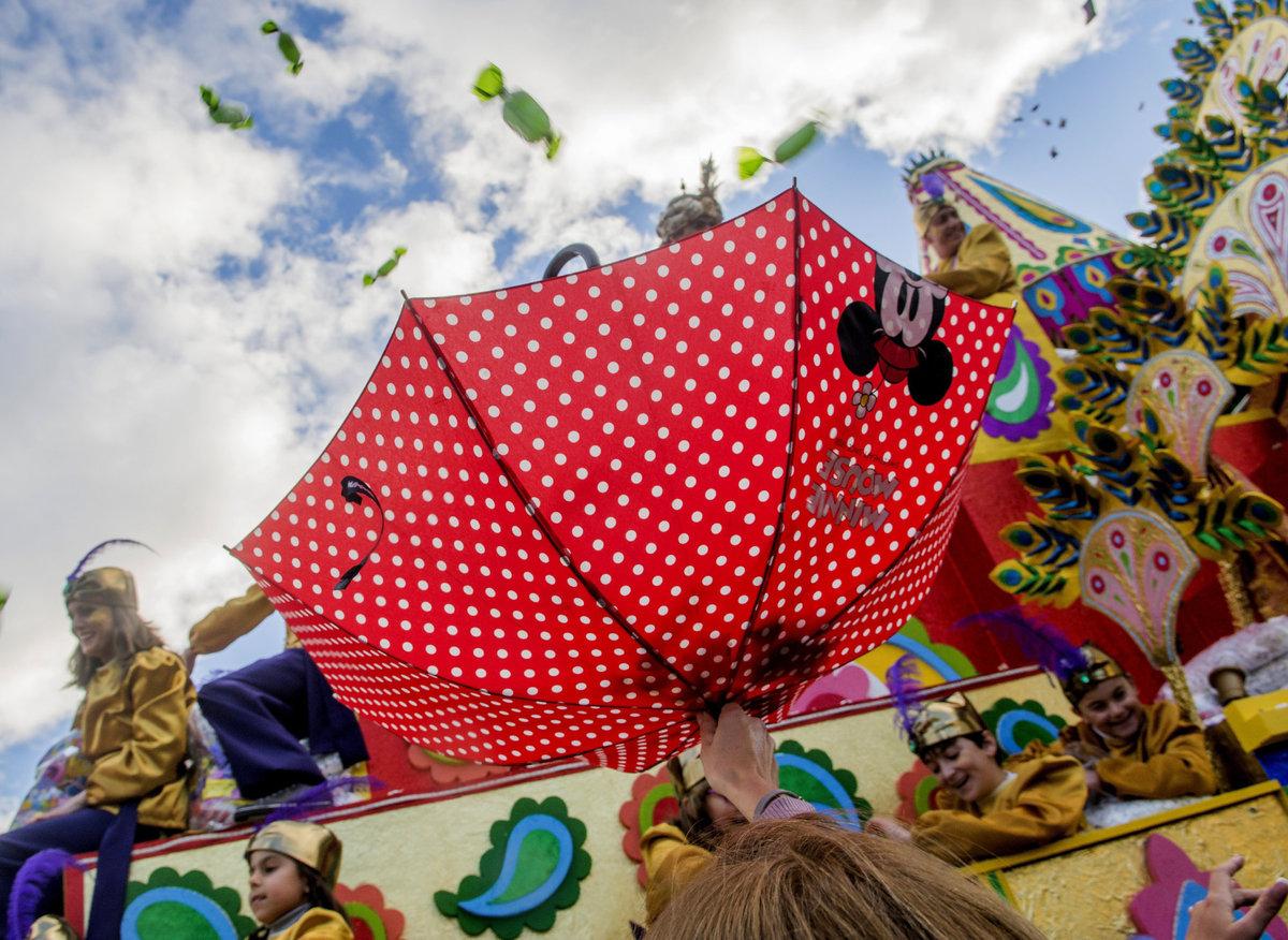 Paraguas recogiendo caramelos en la cabalgata de Reyes de Sevilla